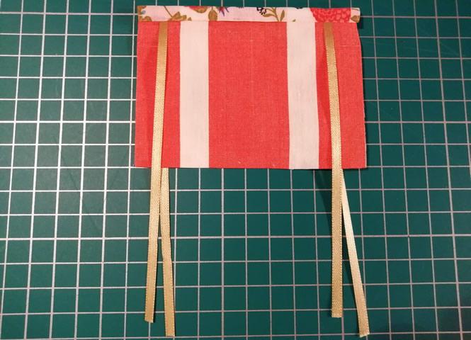 Vista de la parte principal de la cortina, y parte de la tela posterior que tapa la unión de las cintas por la parte superior