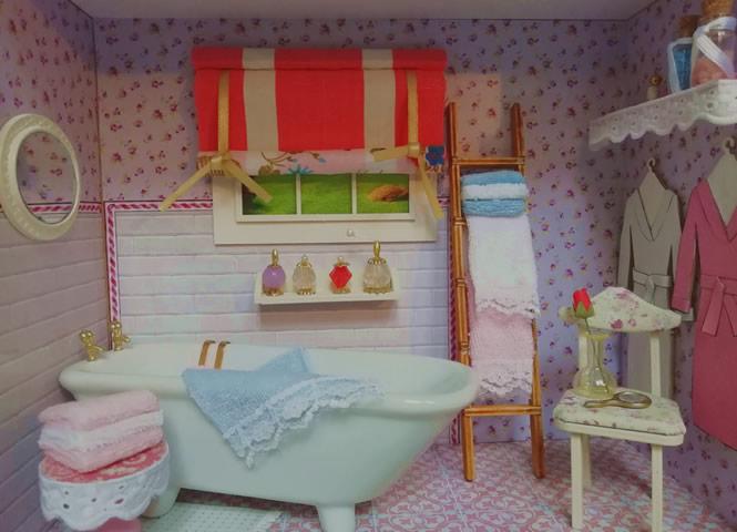 Cortina colocada en el ambiente en miniatura del baño.