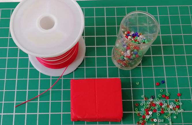 materiales que usaremos para hacer los adornos, plastilina, abalorios, estrellitas doradas