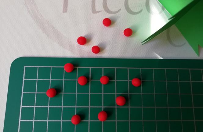 bolitas hechas con plastilina roja