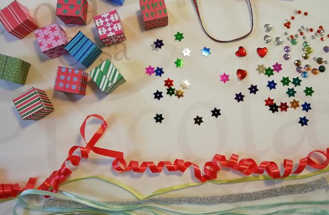 presentacion de diferentes detalles para decorar las cajitas. Estrellas, cintas de regalo, cordones