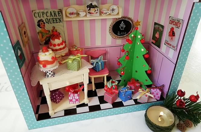 árbol de navidad decorado con bolas y regalos, colocado en la pasteleria en miniatura