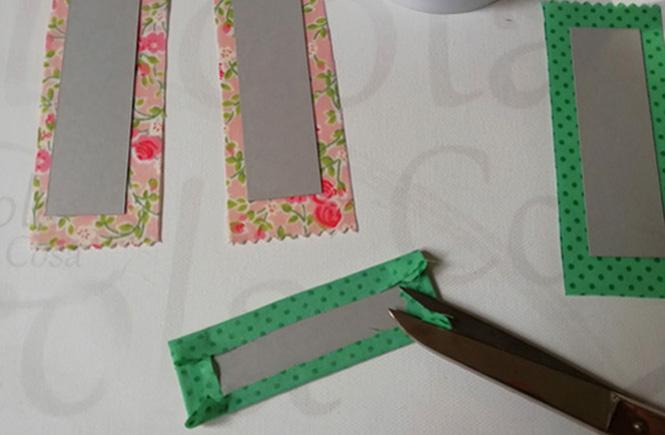 Con la tela que sobra forramos el rectángulo de cartulina con un poco de cola blanca. Las esquinas de la cartulina quedan cubiertas por la tela.