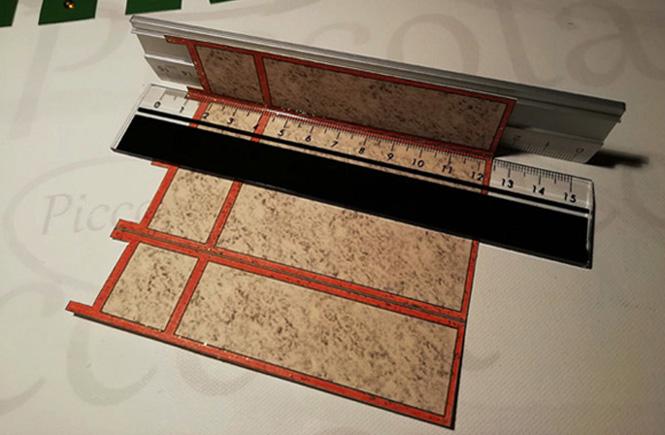 Se doblan las diferentes partes del biombo. Como ayuda se utilizan dos reglas.