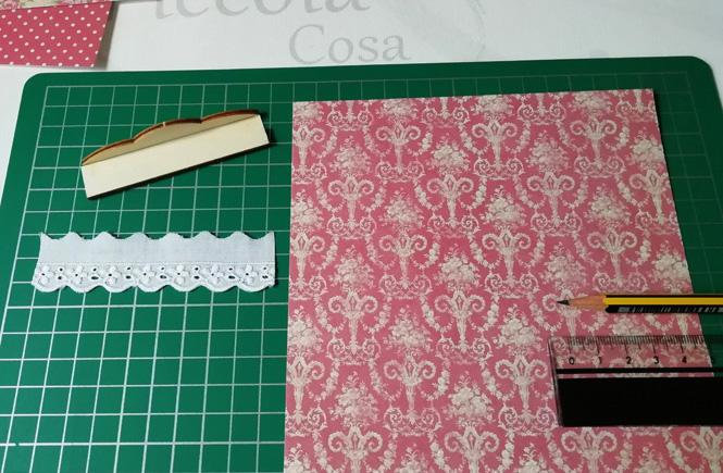 Estantería en miniatura. Una lámina de papel craft para forrar la estantería y una puntilla.
