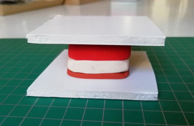 Presionamos el bloque de tres colores de plastilina, con la ayuda de una superfície lisa