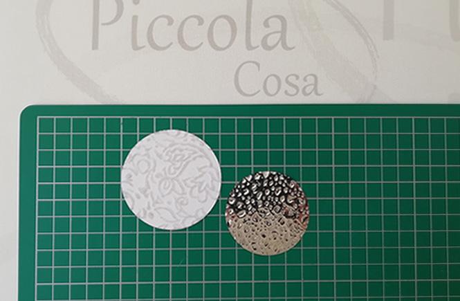 Recortes de paper decorado en para usar como bandeja para el pastel