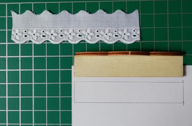Una puntilla. Estantería en miniatura. Medidas de la estantería a lápiz en el papel craft.